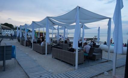 Ресторан Veranda на Одеському берегу (ротангові меблі)