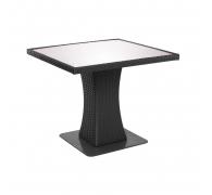 Плетений стіл з ротангу